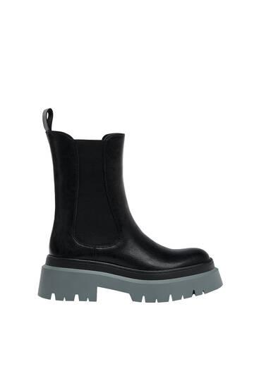 Ploché kotníčkové boty s kontrastní podešví
