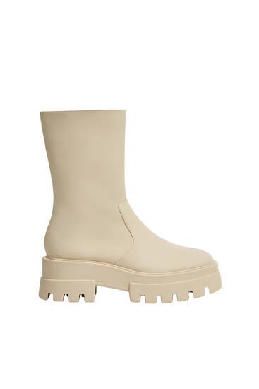 מגפיים שטוחים עם סוליות טרקטור