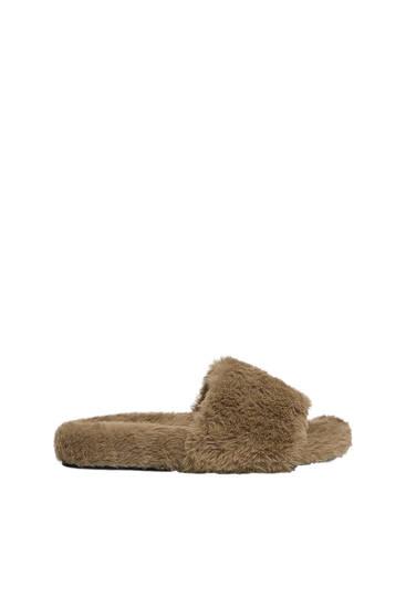 Sandalia plana efecto pelo
