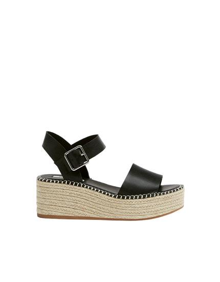Sorte sandaler med plateausåler i jute