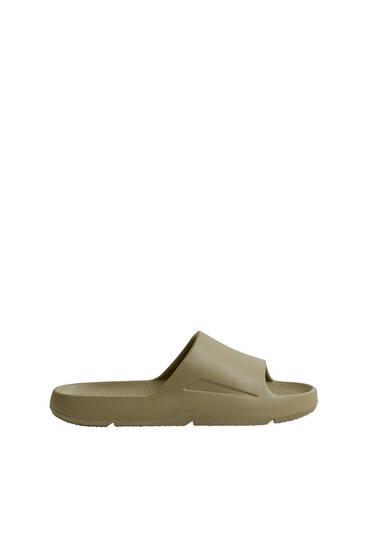 Einfarbige, flache Sandalen
