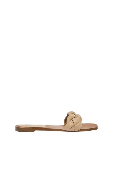 Sandália com pala entrançada